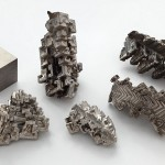 800px-Bismuth_crystals_and_1cm3_cube